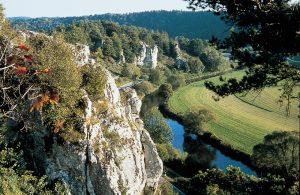 "Felsgruppe ""Zwölf Apostel"" im Altmühltal (Foto: Copyright Naturpark Altmühltal)"