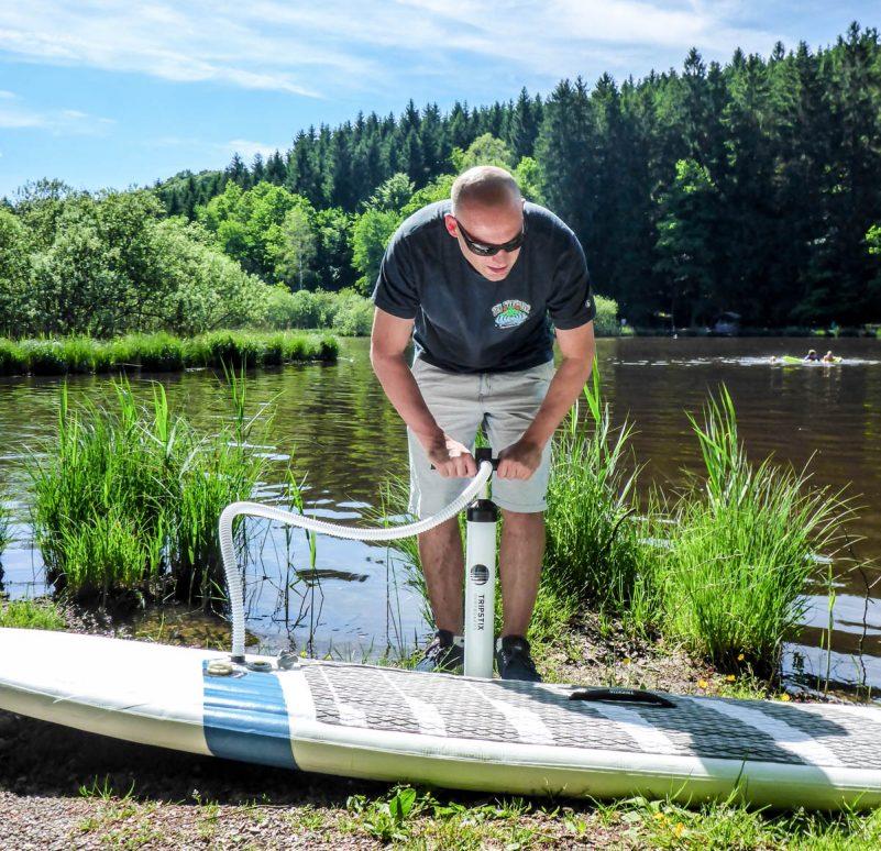 Aufpumpen Tripstix Surfboard (Foto: T. Pfannkuch / SUPmatrose.de)