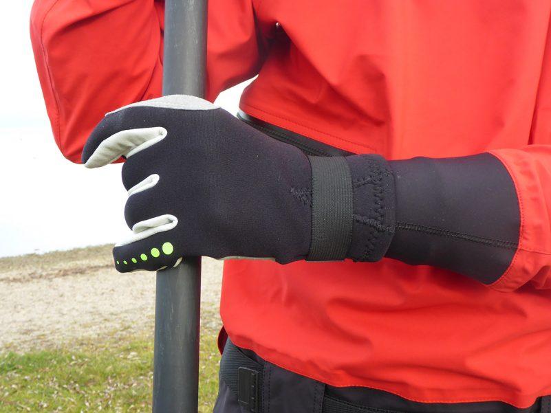 Handschuhe als Ergänzung für die Stand Up Paddling Bekleidung (Foto: Alexandra Lattek)