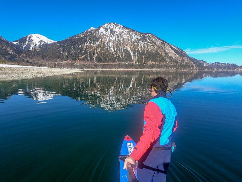Blick auf den Herzogstand beim Winter-SUP auf dem Walchensee (Foto: T. Pfannkuch)