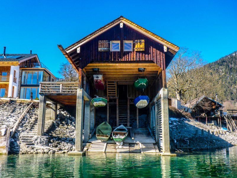 Bootshaus in Walchensee bei niedrigem Wasserstand (Foto: T. Pfannkuch)