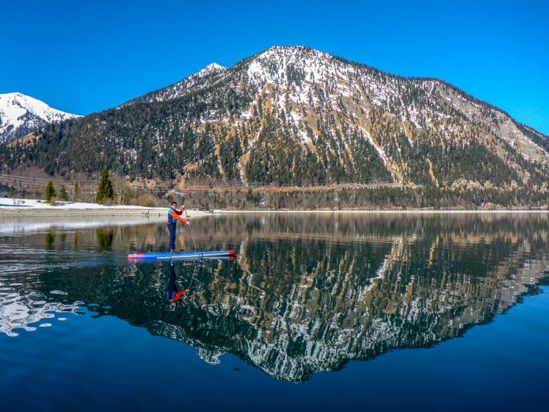 Winter-SUP am Walchensee mit unglaublichen Wasserspiegelungen (Foto: V. Regehr)