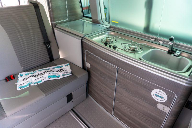 Küchenzeile mit Spüle, Gasherd und Kühlschrank im VW T6 California Ocean (Foto: T. Pfannkuch)