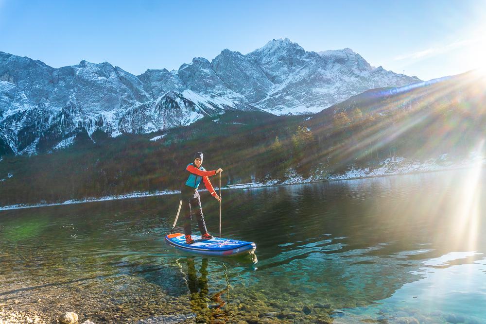 Winterliche Stand Up Paddling Tour auf dem Eibsee vor dem Check-In im moun10 (Foto: T. Fritzmeier)