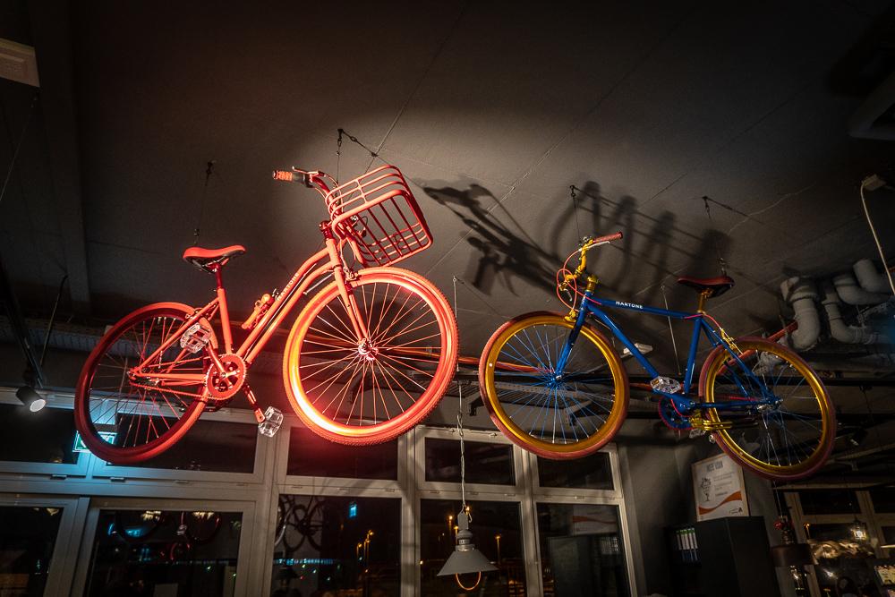 Überall Sport! Fahrräder als Hingucker über der Rezeption