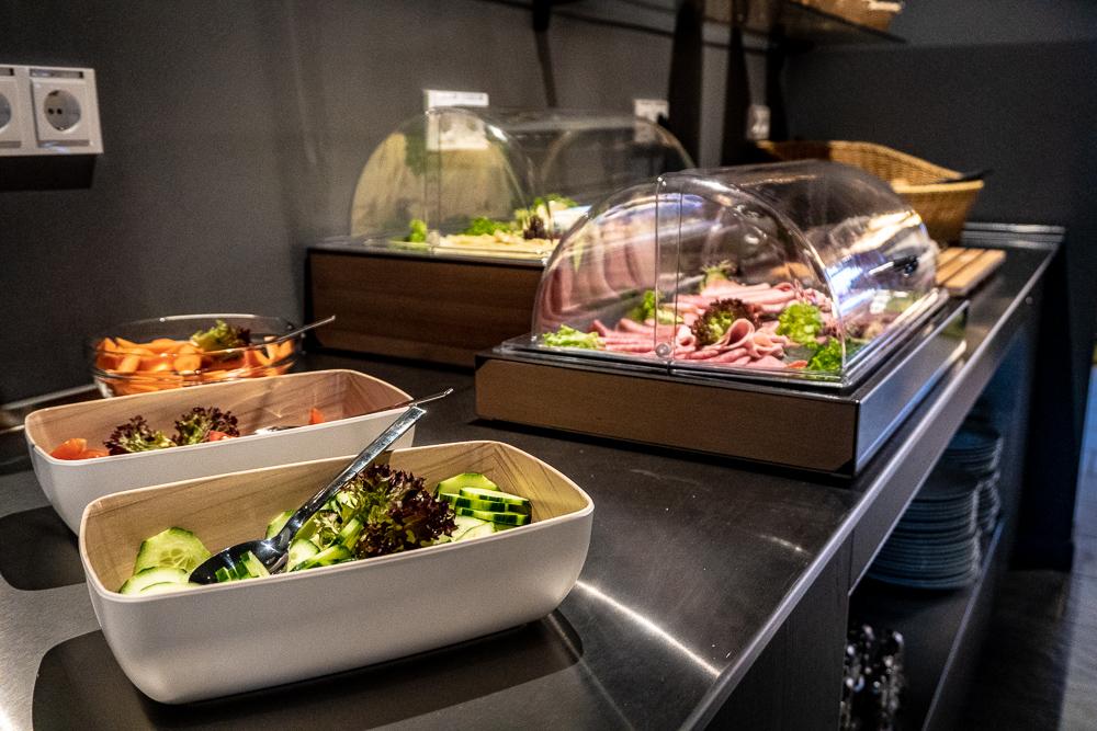 Reichhaltige Auswahl an Wurst und Käse am Frühstücksbuffet