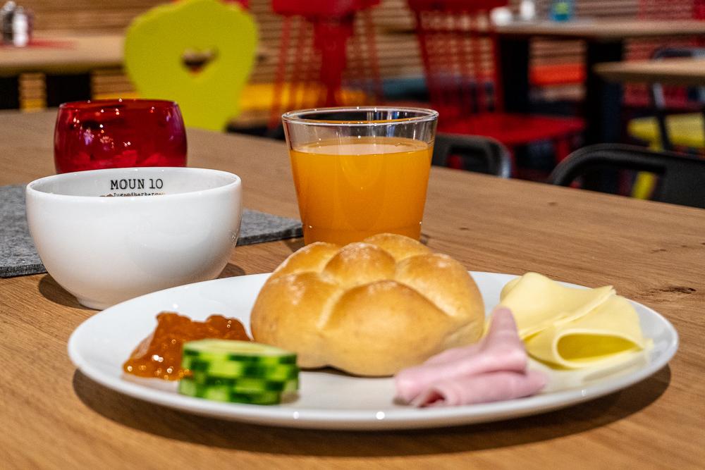 Frühstück genießen in der moun10 Jugendherberge