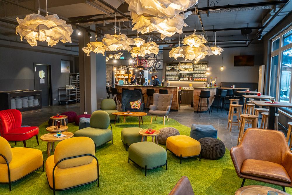 Die Lounge mit Bar im moun10. Die Leuchten aus Papier sind Hingucker und sorgen für Gemütlichkeit