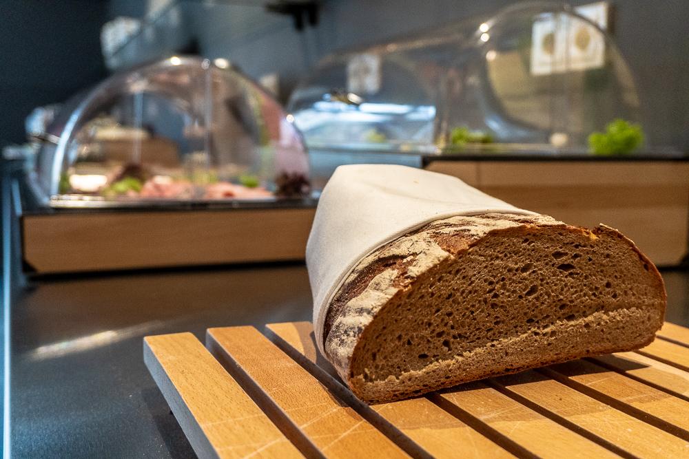 Stand Up Paddler und Bäcker Arnd Dünzinger liefert jeden Morgen frisches Brot und leckere Semmeln - und das frisch aus dem Backofen