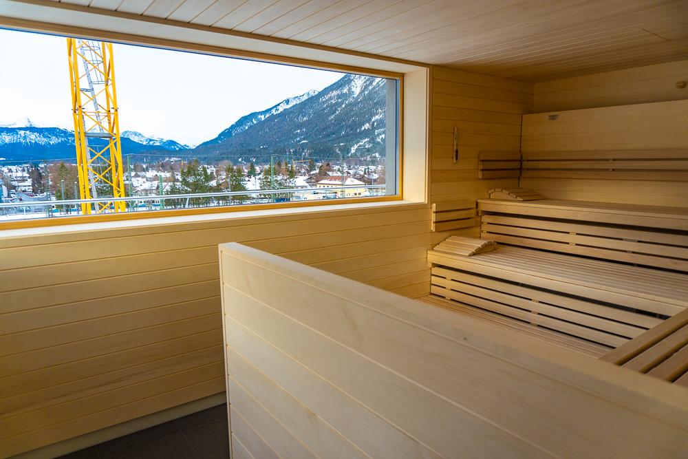 Schwitzen und Ausblick genießen in der großzügigen Sauna mit Panoramablick