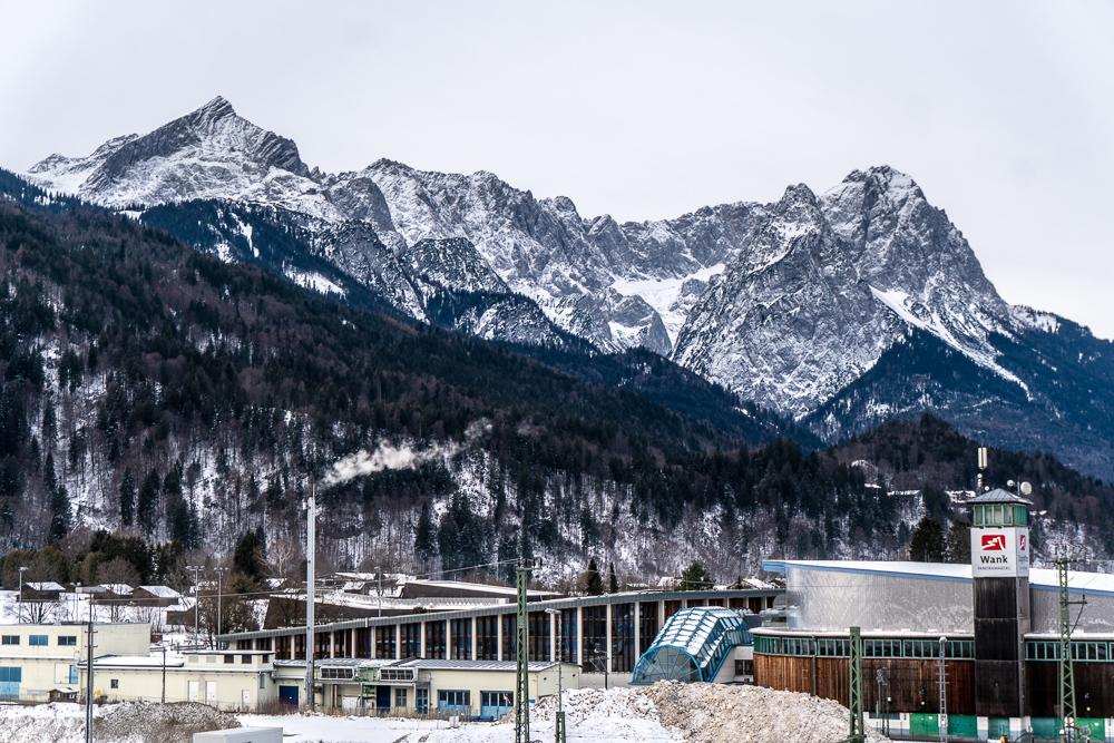 Das Panorama mit Eishalle und Zugspitzmassiv von der Dachterrasse der moun10 Jugendherberge