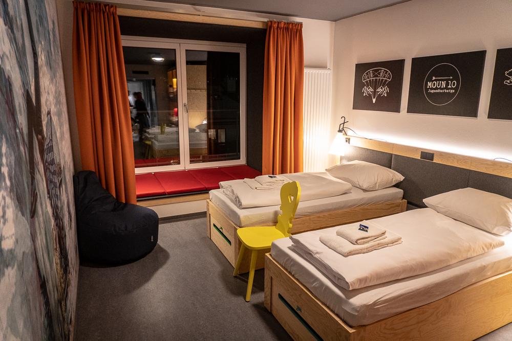 Gemütliche Fensternische im Mehrbettzimmer zum Entspannen und Lesen