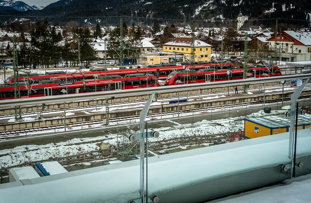 Das moun10 liegt direkt am Bahnhof von Garmisch-Partenkirchen