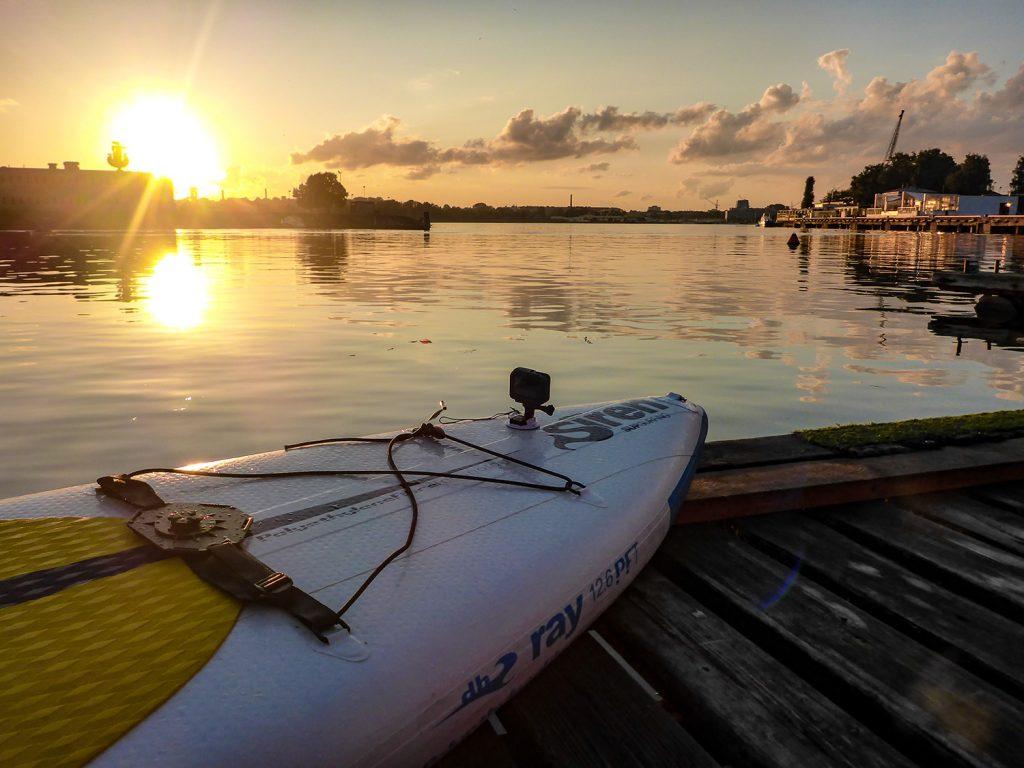 Kitch-Kullisse zum Sonnenuntergang im Hafen von Riga