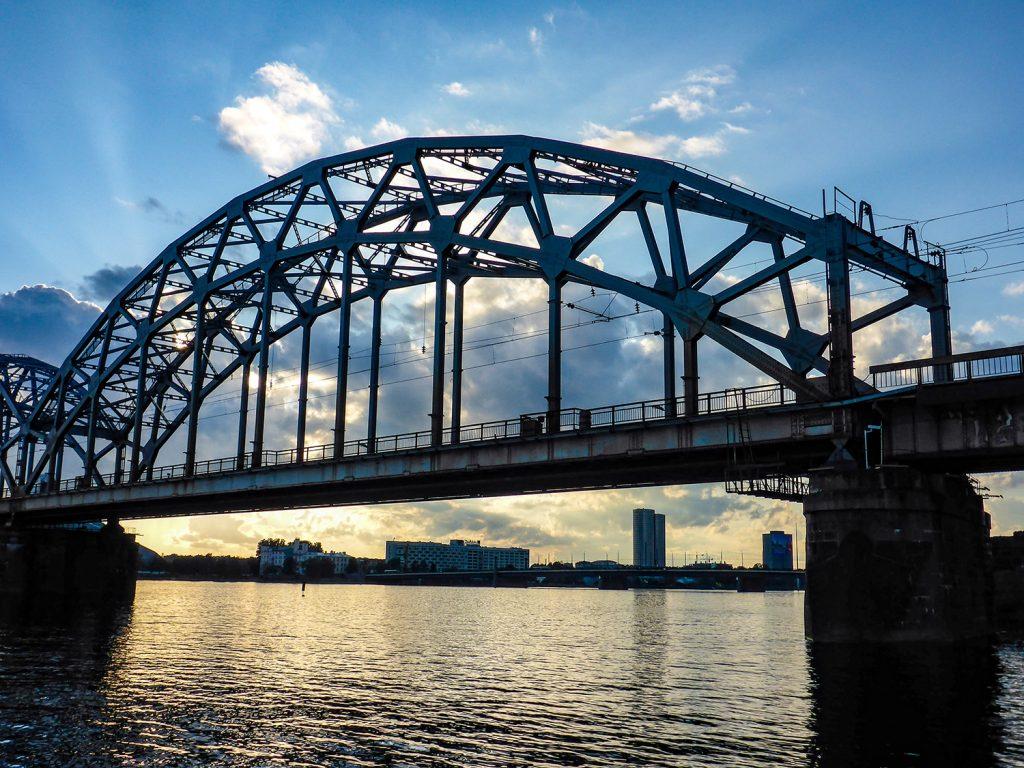 Rostig aber intakt: Die alte Eisenbahnbrücke über die Daugava