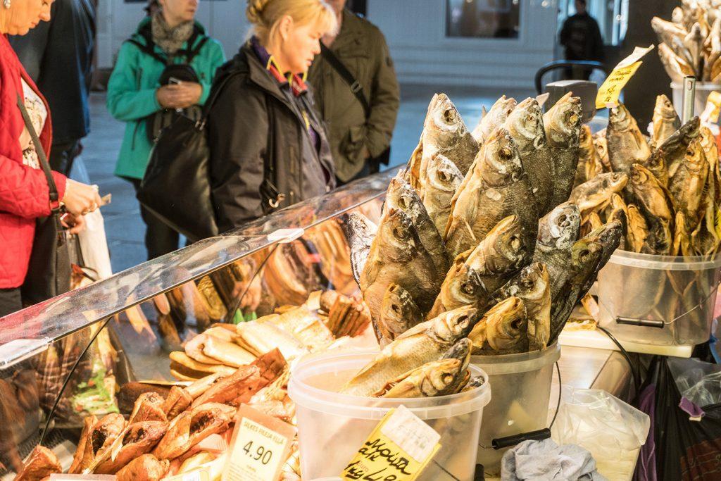 Fangfrisch kommt der Fisch in die Ladentheke auf dem Zentralmarkt in Riga