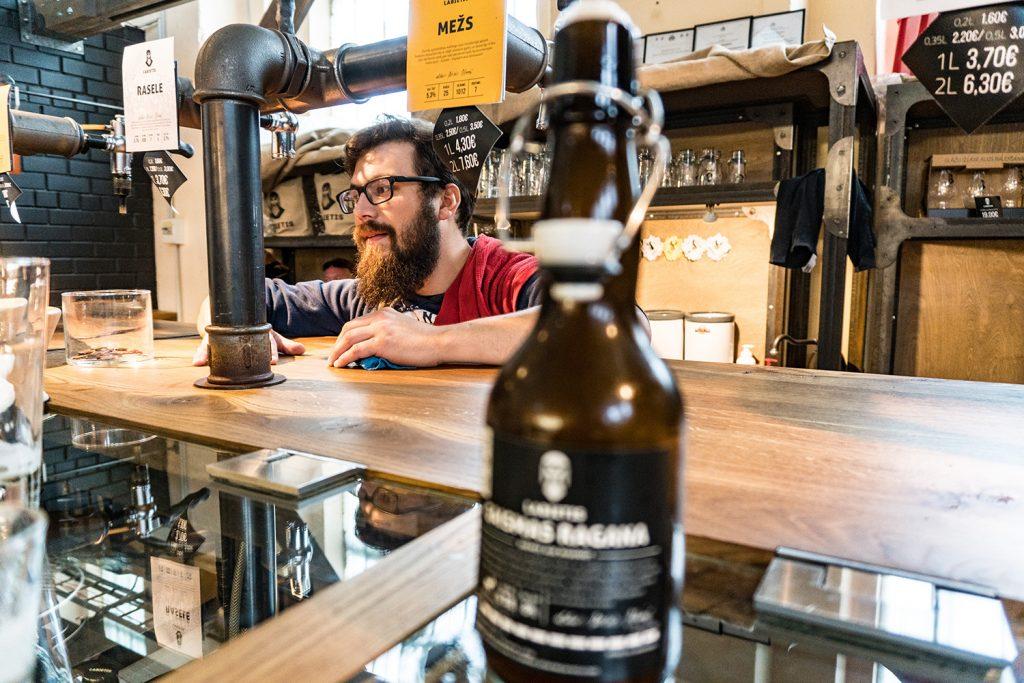 Regionales Bier gibt es im Stehausschank der Labietis-Brauerei im Zentralmarkt