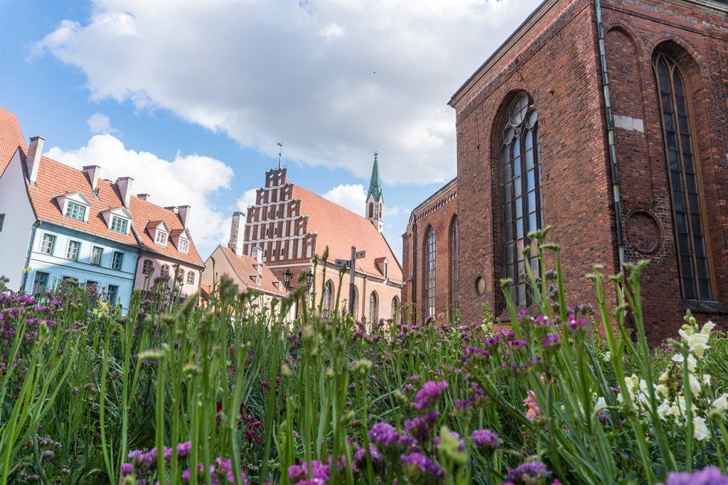 Grün, bunt und einladend zeigt sich die Altstadt Rigas