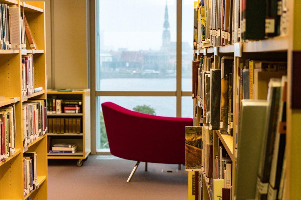 Lesen, weiterbilden oder lernen mit Blick auf die historische Altstadt Rigas in der Lettischen Nationalbibliothek
