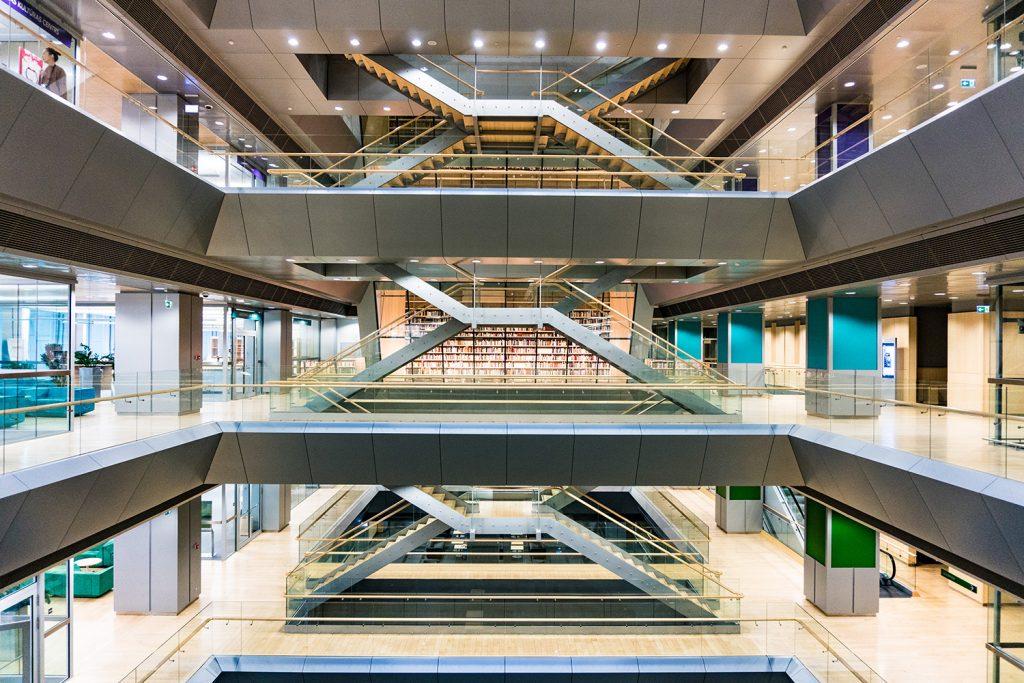 Architektonisches Meisterwerk: das futuristische Treppenhaus der Lettischen Nationalbibliothek