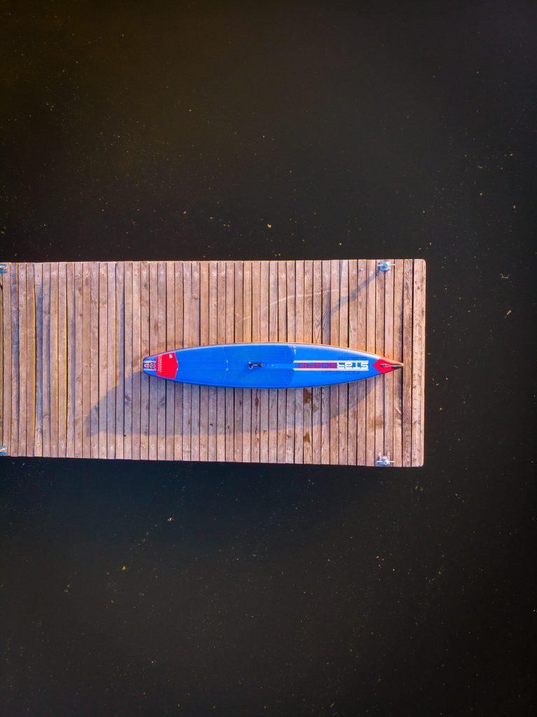 SUP-Board auf Steg am Großen Brombachsee im Fränkischen Seenland