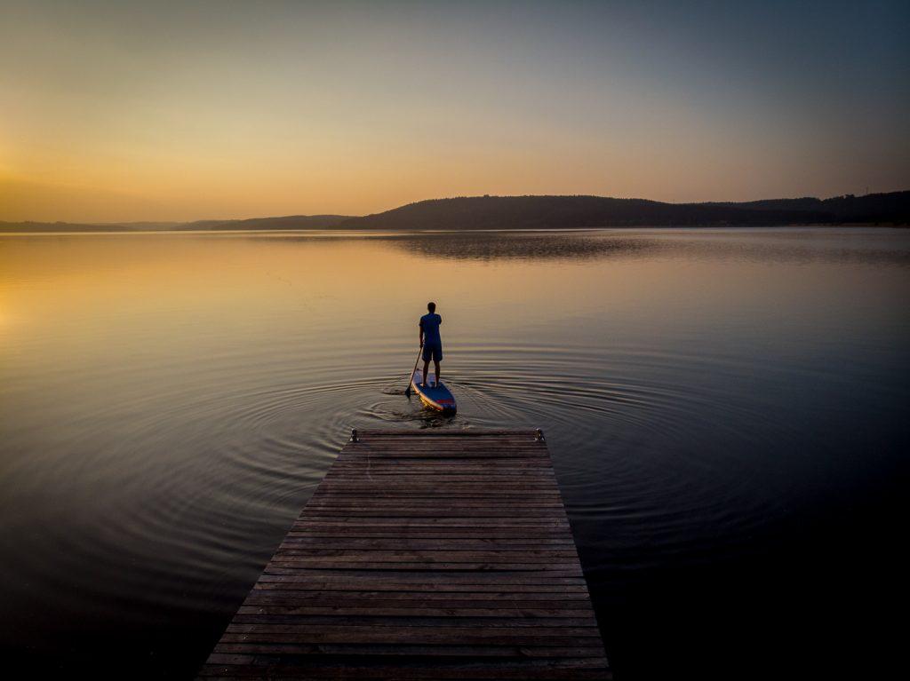 SUP bei Sonnenuntergang auf dem Großen Brombachsee im Fränkischen Seenland